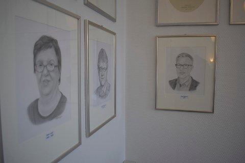 PORTRETT: Rune Engehult har  blitt portrettert og hengt på veggen i formannskapssalen. Her henger han sammen med sine forgjengere - blant andre Britt Lund (2001-2006)  og Rune Lødøen ( 2006-2018).