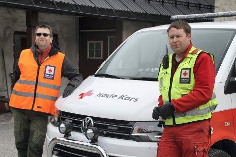 OPPDRAG FOR TINN: Bjørn Hallvard Sauro og Mats Volland Finnekås fra Røde Kors hjelper Tinn kommune med å kjøre ut mat på Rjukan.