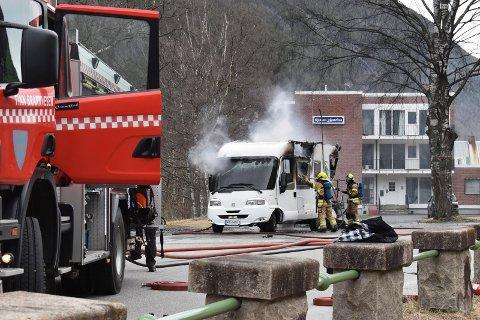 BOBIL:  - Det var en voldsom varmeutvikling– slik det gjerne er når bobiler eller campingvogner tar fyr, opplyser brannsjef Ken Espen Drager ved Tinn brannvesen. (foto: Egil Stensrud RA  )