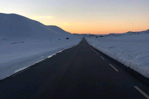 SOMMEDEKKBART: Slik så det ut over Imingfjell-veien lørdag kveld.