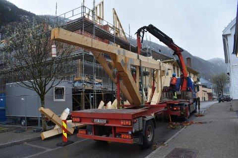 Bildet er tatt fra Storgata  i slutten av april da de ferdiglagde takstolene ble heist på plass.