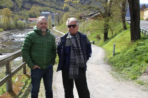 FULL UTTELLING: Thor Einar Holmgard og Magne Langeland i styret i Rjukan Lions Club er svært fornøyde med å få de 160.000 kronene de søkte Sparebankstiftelsen DNB om til bruk på utstyr for å holde Månastien vinteråpen.