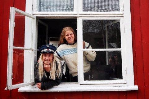 PIKENE PÅ STASJONEN: Ingrid Johannesen fra Fetsund (t.v.) og Sandra Skiaker fra Nittedal har skapt sin egen sommerjobb på Kjerre stasjon.