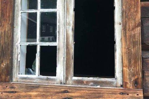 SLÅTT INN: Et over 300 år gammelt vindu er slått inn i Hegardstua på Tinn Museum.