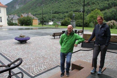 SCENEN PÅ PLASS: Odd Martin Landstad og Anita Stang foran scenen som er satt på på Rjukan torg, og som Odd Martin inntar på førstkommende fredag, siden det er meldt regnvær på lørdag.