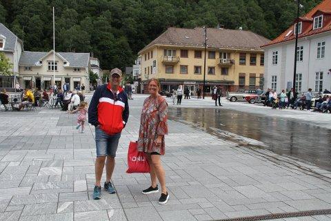 STRÅLENDE FORNØYDE: - Det er veldig bra. Vi er strålende fornøyde, for det er slik vi vil se sommerbyen Rjukan, sier Vidar og Anita Stang.