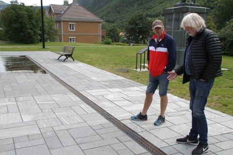 FOR SMAL AVRENNE: Ved vannspeilets kjerneproblem. Ap-leder Vidar Stang får vite hva som er utfordringen av  Verdensarvkoordinator Øystein Haugan.