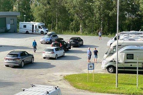KØDANNELSE: Det er fullt på ladeplassen bak bobilene, og bilene køer opp på Billagstomta for å vente på kontakt for lading.