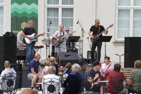 IRIS COFFE BAND LIVE: Iris Coffe Band ledes av Benthe Iris Dahle, oppstod tidlig på 90-tallet da de ga ut album, og har gjort comeback etter lengre tid i dvale. Men det låt svært friskt på torget sist lørdag! Med seg har Benthe naturligvis Tor Dahle, Ulf Andersen, Egil Sletta og Frank Eggerud.