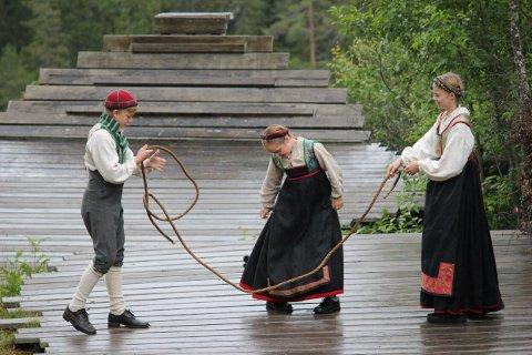 Fra venstre: Halvor Andreas Håkanes, Lene Jarstad Nielsen og Linnea Alvefoss. (Foto: Marispelet)