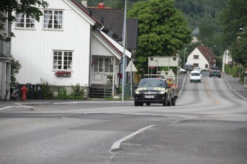 SKILTING: Torsdag formiddag ble det satt opp skilter før man begynner med å lage forgjengerforhøyningen ved veito Kiosk, hvor det blir manuell dirigering av trafikken.