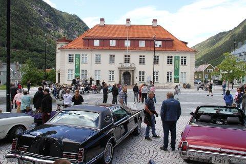 DOBBELTKONSERT OG VETERANBILER: På lørdag blir det bpde dobbeltkonsert og veteranbiler på Rjukan torg, og du er naturligvis velkommen enten du er fastboende eller turist.