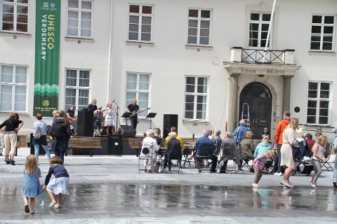 LIV OG RØRE: Iris Coffee Band var sist ut med torgkonsert.
