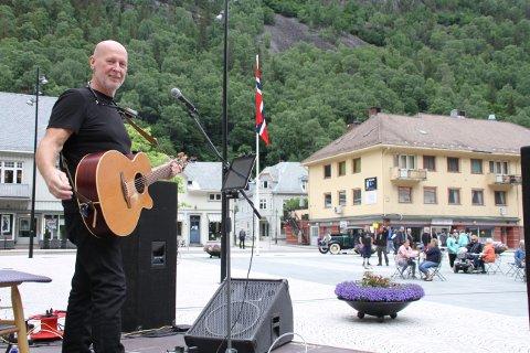 LØRDAG: Odd Martin Landstad stiller også opp igjen, sammen med fem andre artister på Rjukan torg hver lødag i juli. Førstkommende lørdag er det imidlertid Harald Nesse som holder torgkonsert fra klokka 12.
