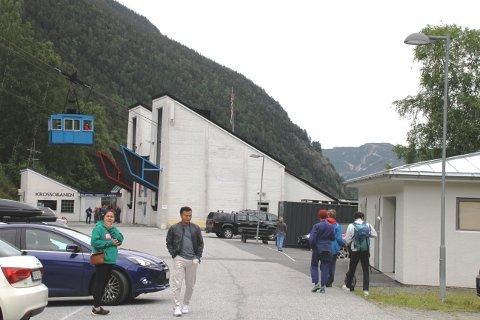 FULLT: Det var fullt på parkeringsplassen og lang kø for å komme inn på Krossobanen lørdag.