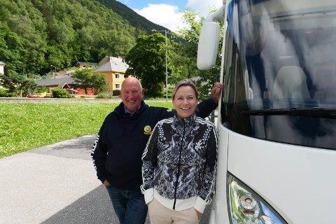 FERIE I NORGE: Ingrid og Terje Holand er blant de tusenvis av turistene som nå besøker Telemark. - Rjukan er ikke et sted du bare kjører forbi, mener paret fra Egersund. Her ved siden av bobilen.