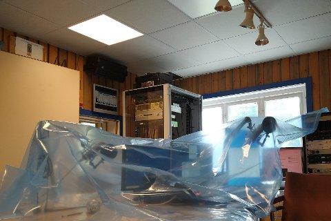 INNPAKKET PGA. EL-FORNYING: Det er på grunn av hovedsikringer og ny el-montering at Radio Rjukan har teknisk utstyr tildekket og går av lufta i noen timer på torsdag.