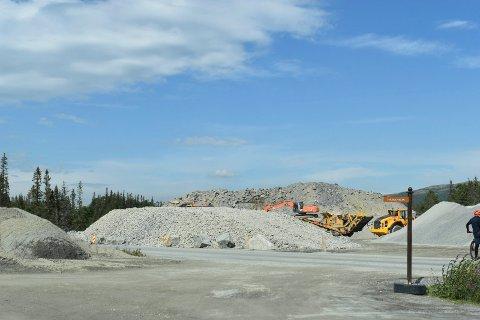 MASSER: Fjell av knust stein ligger på Hovdestaul rett ved Sportellet. Massen brukes lokalt.