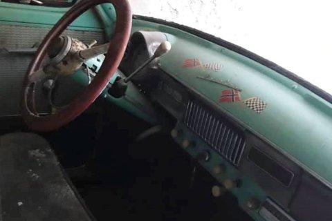 ETTER FLERE TIÅR: Denne bilen, en tidlig Moskvitch har stått oppheist i garasjen på Miland i mange tiår før den nå får ny eier, og ser dagens lys.