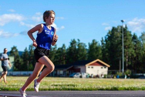 KONTROLL: Jens Samuelsen (13) løp jevne 90 runder da han knuste telemarksrekorden på 5000 m