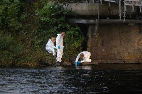 ETTERFORSKNING: Krimteknikere foretar undersøkelser ved elva mandag kveld.
