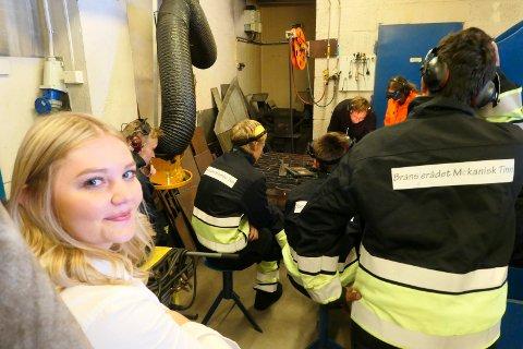 SVEISING: Elisabeth Holien, hovedutvalgsleder for utdanning og kompetanse Vestfold og Telemark, fikk et innblikk i sveising på  TIP ( Teknologi og industriell produksjon)