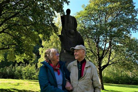 ORUD I PARKEN: - Skal du ha bilde av meg foran statuen? Javel, men jeg kan ikke stå der aleine. Torild, du må hjelpe meg. Jeg er litt ustø, sier Knut Orud , som tok turen til Rjukan for å se statuen av Rallaren, som fetteren hans i sin tid hugget ut.