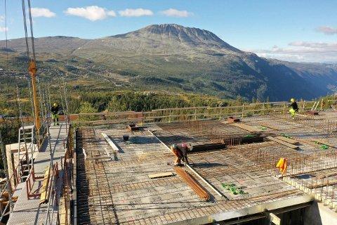 BYGG: - Vi har nå full produksjon på betongarbeidene for bygg L. Bygget begynner å reise seg, og vi skal støpe dekke over 1.etasje i neste uke, opplyser Geir Olav Luraas, daglig leder i Entreprenør A til Å AS. (foto A til Å )