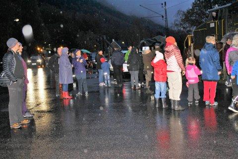 I FJOR: Ganske mange møtte fram i fjor til elvelangs, til tross for noe fuktig vær.