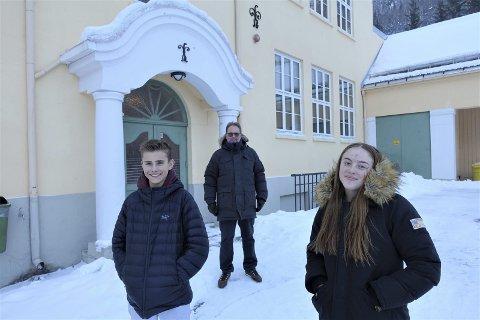 RØDT NIVÅ: Ungdomsskolene i Tinn har nå rødt nivå - etter krav fra myndighetene.  Rektor Arne Persson opplyser at skolen ikke kommer til å gi anmerkninger for brudd på smittevernbestemmelsene- som en del andre skoler har gjort . Det er Luka Spak og Maren Wang  i elevrådet glad for.