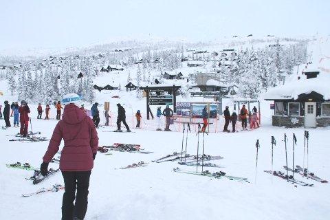SUPRE FORHOLD: Det er godt med snø og supre forhold i bakkene på Gausta skisenter, som inviterer til skikjøring hver eneste dag framover. Og Helsedirektoratet mener anlegget skal få holde åpent til tross for smittesituasjonen i Norge nå.