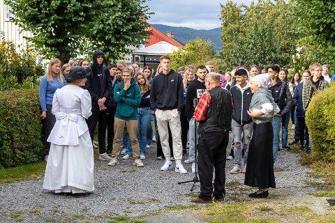 OMVISNING: Det er historiske figurer elevene møter i verdensarvbyen Notodden.