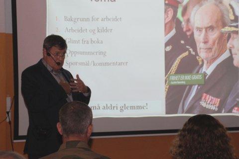 FOREDRAG: Tor Lium var spent og nervøs foran foredraget på Vemork til tross for at han er lektor og vant til å holde foredrag. - Det er litt spesielt når man har jobbet i fem år med et prosjekt som dette, og skal presentere det for så mange, sa Lium.
