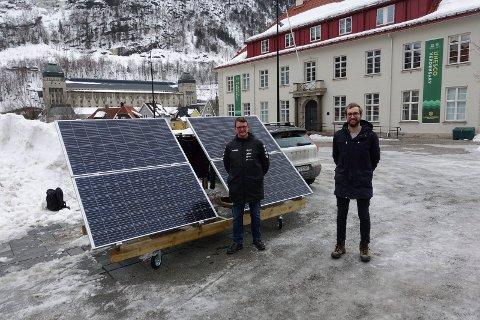 GAVE: Tinn Energi ved forretningsutvikler Henrik Ebbing (th) gir bort hele solcelleriggen til Rjukan videregående skole - her ved Jan Skov Våer – administrativ leder ved skolen.