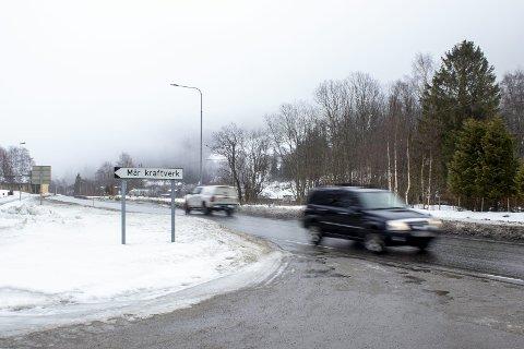 23 biler: Statens Vegvesen holdt en teknisk kontroll på fv 37 ved Dal kirke torsdag ettermiddag. 23 biler kontrollert for lys, bremser, dekk, fører-og vognkort. En tilhenger fikk bruksforbud pga  manglende bremser. Tre mangellapper gitt for manglende lys.