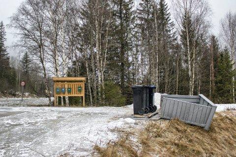 SKADEVERK: Politiet etterforsker en rekke skadeverk som ble utført natt til tirsdag i Rjukans nedre bydeler, som her på Dale hvor et søppelkassestativet ble sparket ned.