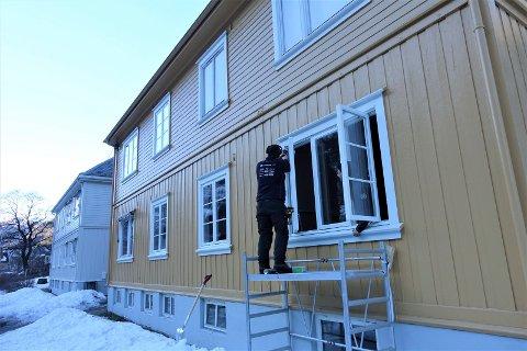NYE VINDUER: Tømrerne Tommy Larsen og Marius Løsnæss tar ut gamle vinduer og setter inn nye vinduer i Nedre Bøen borettslag.