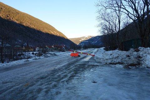 Tirsdag formiddag var Svaddevegen fortsatt stengt mellom Rjukan kapell og Gyvingjordet. Nå er den åpnet igjen.