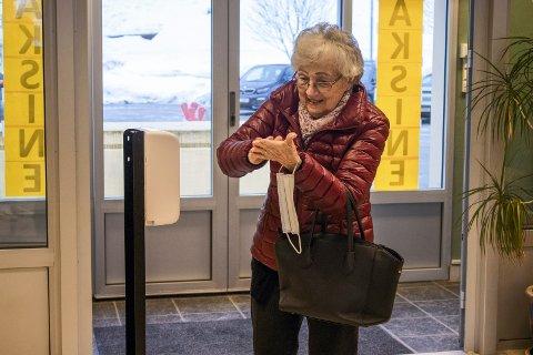 SISTE STIKK: - Jeg har ikke kjent noen bivirkninger verken fra den første eller den andre – i hvert fall ikke så langt, forteller Jolan Haldorsen fra Rjukan. Her spriter hun hendene  før hun var på vei inn til vaksine nr to på Tinn vaksinesenter.