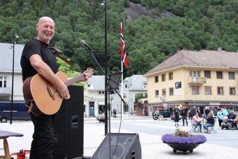 GJENTAR SUKSESSEN: Odd Martin Landstad er godt i gang med å forberede en ny korona-sommer på Rjukan torg, og i år blir det et forbedret opplegg.