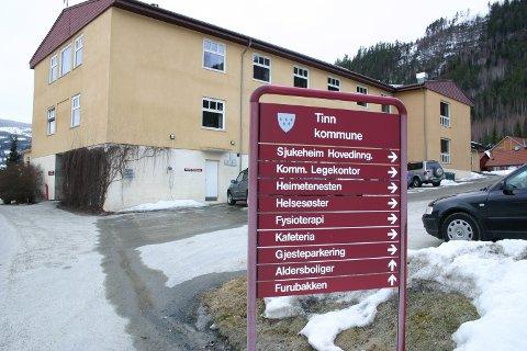 Tinn Helstun fra dengang lege Oddvar Halvorsen hadde kontor her. Siden han pensjonerte seg har kommunen hatt problmerer med å besette stillingen  - tross flere utlysninger. Nå foreslår kommuensdirektøren et nytt grep - legge ned legekontoret i Austbygde og samle ett fagmiljø på Rjukan legesenter. (arkivfoto)