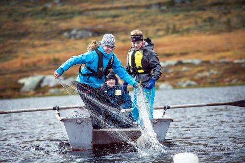 TILBUD: Elever ved landslinja natur og miljø drar inn fisk i et fjellvann i 2017. Nå foreslår Per Lykke tiltak som kan styrke  rekrutteringa til skolen.