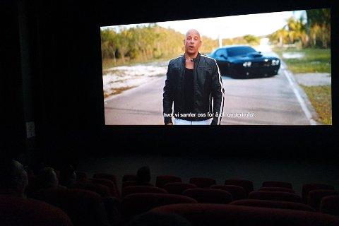 VIN ØNSKER DEG VELKOMMEN TILBAKE: Vin Diesel snakker direkte til kinogjengerne i den nye traileren. her fra fredagens visning på Rjukan kino.
