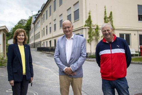 FORNØYDE: Unni Skårdal (Frp), Per Lykke (H) og Vidar Stang (Ap) har framforhandlet en intensjons- og opsjonsavtale om kjøp av Rjukan sykehus, en avtale de mener politikerne i Tinn bør si ja til.