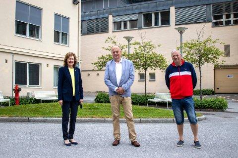 AVTALE: Unni Skårdal (Frp), Per Lykke (H) og Vidar Stang (Ap) har framforhandlet en intensjons- og opsjonsavtale om kjøp av Rjukan sykehus til en hel krone.