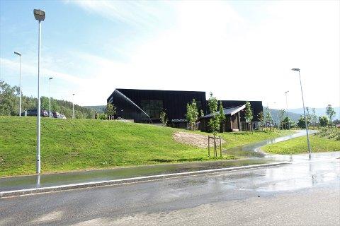 VANNING: Onsdag ble det vannet uten for Flerbrukshuset og skolen i Atrå.