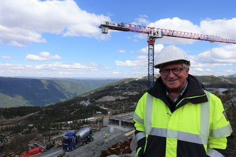 VETERAN: -  Vi er i rute. Hele bygget skal være vindtett innen oktober. Leilighetene skal være innflytningsklare i august/september 2022, sier arkitekt og utbygger Jens-Reinert Bjarøy (74).