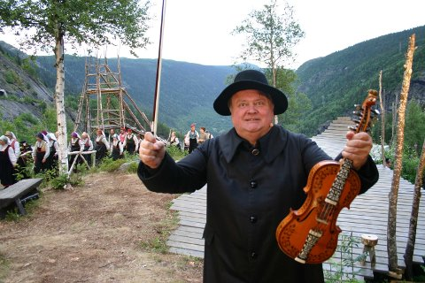 KOMMER: Knut Buen og fela kommer på konsertforestillingen. Her fra en tidligere oppetning av Marispelet.