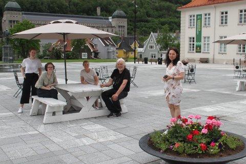 SOLSKJERMET TORG: VisitRjukan, her ved turistvertene Tonje Nørstebø Miland, Tuva Solvang Hope, daglig leder i VisitRjukan Hege Sætre Næss og leder av turistkontoret Tone Lise Øvrum, og Verdensarvkoordinator Øystein Haugan.