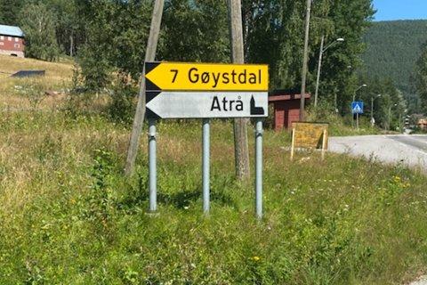 MEN HVOR ER SKILTET TIL RØYSLANDSBERGO? Skiltene til badeplassen Røyslandsbergo var torsdag borte, og flyttet til Espeset bru en god halvtimes kjøring unna.